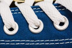 De blauwe Tennisschoenenschoen rijgt dicht omhoog Stock Foto