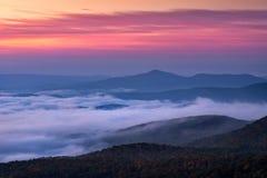 De blauwe toneelzonsopgang van randbergen, Noord-Carolina Stock Afbeeldingen