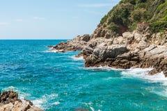 De blauwe van de Overzeese van het Zandstenen Kustlijn van de het Strand Mediterrane Aard Achtergrond Spanje stock afbeeldingen