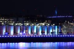 De blauwe verlichte industrie bij nacht Stock Foto