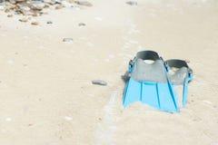 De blauwe vinnen voor snorkelen op het strand bij het overzees stock fotografie