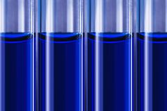 De blauwe vloeistof in buizen blured medische achtergrond stock afbeeldingen