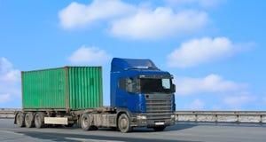 De blauwe vrachtwagen beweegt groene container Royalty-vrije Stock Foto