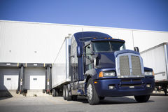 De blauwe Vrachtwagen die van het Vervoer in werf dokt Stock Fotografie