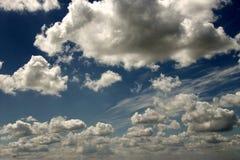 De blauwe witte hemel van de zonzomer Stock Fotografie