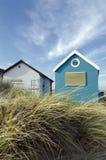 De blauwe & Witte Hutten van het Strand Stock Afbeelding