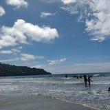 De blauwe Witte Zaligheid van Golvenwolken Royalty-vrije Stock Fotografie