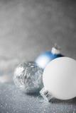 De blauwe, zilveren en witte Kerstmisornamenten schitteren vakantieachtergrond Vrolijke Kerstkaart Royalty-vrije Stock Afbeelding