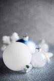 De blauwe, zilveren en witte Kerstmisornamenten schitteren vakantieachtergrond Vrolijke Kerstkaart Royalty-vrije Stock Fotografie