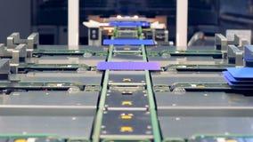 De blauwe zonnemoduleplaten worden geleid aan verschillende riemen Het sociale Concept van Media stock footage