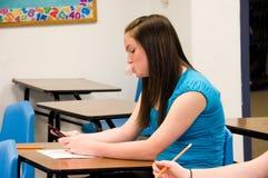 De blazende bel van het meisje en het texting in klasse Royalty-vrije Stock Foto