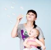 De blazende bellen van de moeder en van de dochter Royalty-vrije Stock Foto
