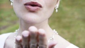 De blazende kus van de vrouw Stock Foto's