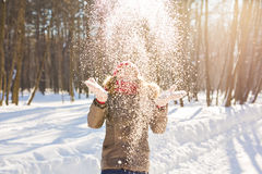 De Blazende Sneeuw van het schoonheidsmeisje in ijzig de winterpark outdoors Vliegende sneeuwvlokken stock afbeelding