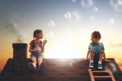 De blazende zeepbels van het kind royalty-vrije stock fotografie