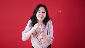 De blazende zeepbels van het meisje stock video