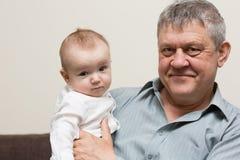 De blije grootvader en de kleinzoon communiceren royalty-vrije stock afbeelding