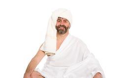 De blije mens kleedde zich in de sauna in een tulband royalty-vrije stock afbeeldingen