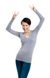 De blije mooie vrouw steekt haar handen op Stock Foto's