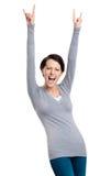 De blije mooie vrouw steekt haar handen op Royalty-vrije Stock Afbeeldingen