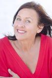 De blije rijpe vrouw van het portret die op wit wordt geïsoleerdk Stock Afbeelding