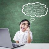 De blije student leert multitaal met laptop Stock Foto's