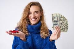De blije vrouw biedt aan om een auto te kopen royalty-vrije stock foto's