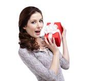 De blije vrouw overhandigt een gift Stock Foto's