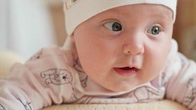 De blik van de baby in omhoog geschoten camera dicht stock footage