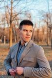 De blik van de elegante en knappe jonge man Stock Afbeelding