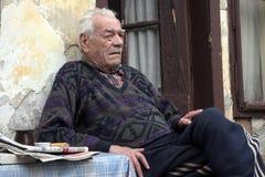 De blik van de wanhoop van de oude mens stock fotografie
