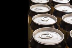De blikken van het aluminium op een zwarte achtergrond Stock Afbeelding