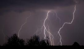 De bliksem en de onweersbui van de nacht Stock Afbeelding