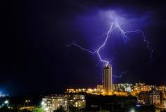 De bliksem slaat een gebouw royalty-vrije stock afbeeldingen