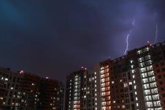 De bliksem vult de nacht met kleuren, en het slaapgebied vult met magisch stock foto