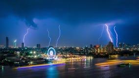 De bliksemstaking van het donderonweer op de donkere bewolkte hemel over bedrijfs de bouwgebied in Bangkok, Thailand Stock Foto