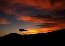 De blimp van het luchtschipaka van Dirigibleaka bij schemer, zonsondergang stock afbeelding