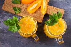 De bloedige die cocktail van Mary met gele tomaten wordt gemaakt Tomatesap met selderie, kruiden, zout en ijs Royalty-vrije Stock Afbeelding