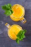De bloedige die cocktail van Mary met gele tomaten wordt gemaakt Tomatesap met selderie, kruiden, zout en ijs Stock Fotografie
