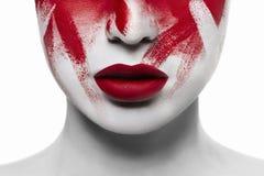 De bloedige make-up van Halloween Close-up rode lippen op witte huid stock foto's