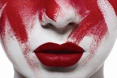 De bloedige make-up van Halloween Close-up rood lippen en bloed op huid stock afbeeldingen