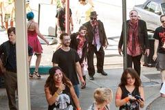 De bloedige Zombieën wankelen aan Bars in de Bar van Atlanta kruipen stock afbeeldingen