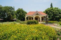 De bloeiende tuin vóór porched het inbouwen van de zonnige zomer stock foto's