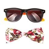 De bloem kleurt geïsoleerde vlinderdas en modieuze zonnebril Stock Foto's