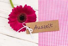 De bloem met giftmarkering met Duits woord, Auszeit, middelen ontspant stock afbeeldingen