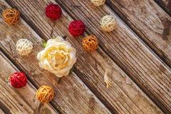De bloem nam toe en vlechtte gekleurde ballen Royalty-vrije Stock Fotografie