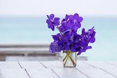 De bloem van boeketorchideeën op een achtergrond van het overzees in lijst Stock Fotografie
