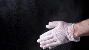 De Bloem van chef-kokhands clapping with in Langzame Motie op zwarte achtergrond Kader Chef-kok Claps Hands Together met Super Bl royalty-vrije stock afbeeldingen