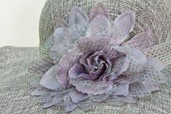 De bloem van de doek op de hoed van de damemanier royalty-vrije stock foto's