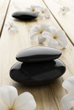 De bloem van Frangipani en zwarte steen, zen spa op hout Royalty-vrije Stock Foto's